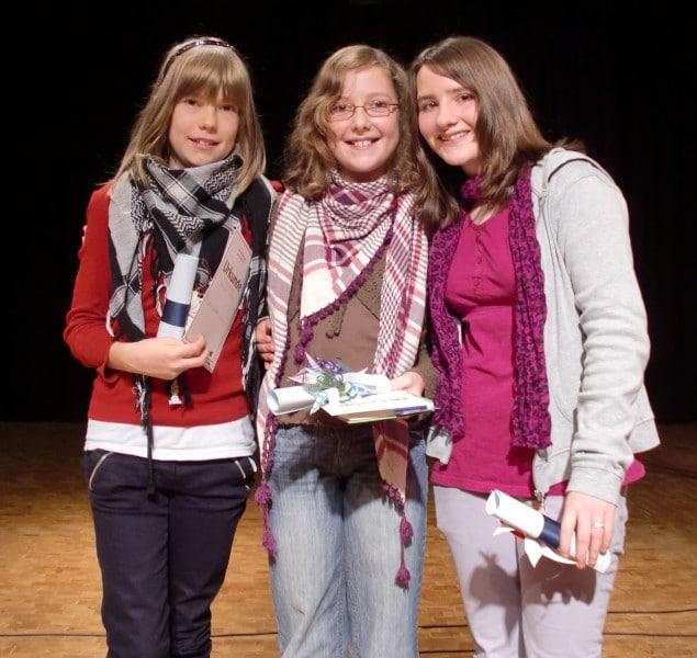 Beim Vorlesen vorn: Jana, Lareen und Aileen