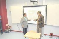 Bürgermeister Friedrich-Wilhelm Rebbe überreichte die Schlüsselgewalt für den neuen Anbau an Schulleiter Klaus de Vries.Foto: Grzelak