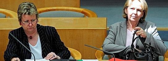 Sie sitzen üblicherweise auf der Regierungsbank des Düsseldorfer Landtages: Nordrhein-Westfalens Ministerpräsidentin Hannelore Kraft (SPD, r.) und Schulministerin Sylvia Loehrmann (Grüne). Ab Donnerstag nimmt der Fröndenberger Taner Cegit für drei Tage an einem Planspiel im Parlament der nordrhein-westfälischen Landesregierung teil.