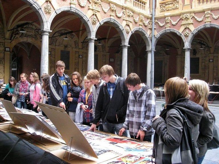 Gruß aus Lille! Viele wären gern länger geblieben, um die barocke Altstadt zu erkunden. Hier einige Schülerinnen und Schüler im Innenhof der alten Börse