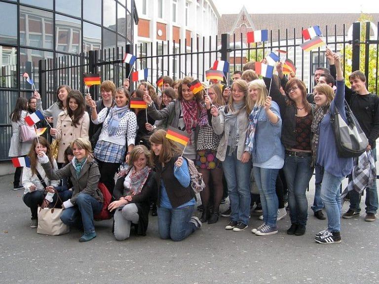 Auf Wiedersehen und à bientôt – Abschiedsfoto vor dem Lycée