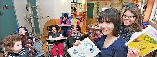 Tamara Brandt (r.) und ihre Cousine Lina Heinrichsmaier lesen Kindern auf der Station Lebensarche im Lebenszentrum Unna aus Büchern vor