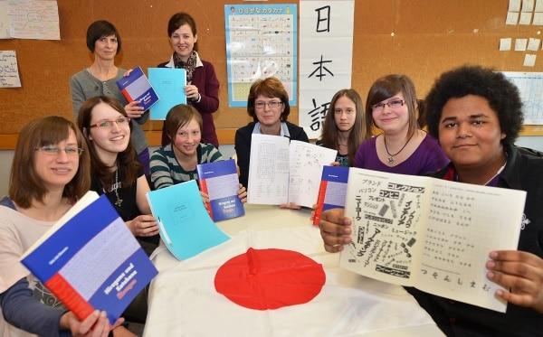Förderverein der GSF spendet Lehrbücher für die Japanisch-AG