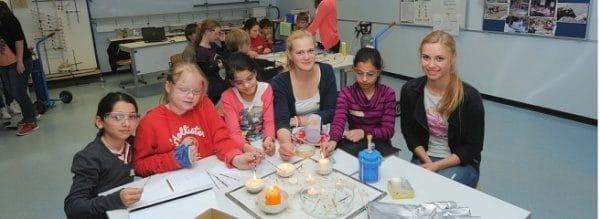 Groß und Klein an einem Tisch beim Projekt Feuer und Flamme an der Gesamtschule Fröndenberg (GSF).