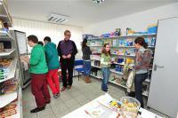 """Heinz Fleck zeigte den Schülern gestern das kleine """"Lädchen"""" im Schmallenbach-Haus am Hirschberg."""