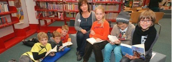 Eltern unterstützen als Lesepaten die Fünfklässler während ihrer wöchentlichen Deutsch-Lesestunde.Foto:Pia Mester Schmökern als Schulstunde