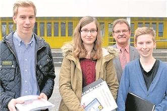 Die Bestplatzierten mit Abteilungsleiter Torsten Wirth (hinten): Simon Dittrich (v.l.), Michelle Baus und Luca Breyholz.Sarad