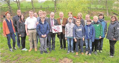 Schüler, Lehrer, Sponsoren und Schirmherr Rebbe gaben den Startschuss zum Forscherpark-Projekt.Grzelak