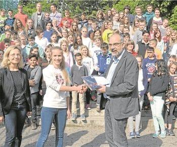 Die Teilnehmer des Känguru-Mathewettbewerbes wurden gestern geehrt – auch Janna Prünte, die von Schulleiter Klaus de Vries Urkunde und Preis erhielt. Mit dabei die Lehrerinnen Jennifer Hofmann und Kathrin Hanpf (v.l.).Grzelak