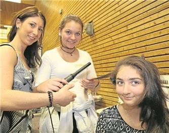Frisörmeisterin Lena Petrilli zeigte Käthe Loss und Melissa Güvel (v.l.) erste Kniffe in der Kunst des Haarstylings.