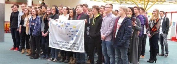 Die Gesamtschule Fröndenberg hat sich zwei Tage lang in ein europäisches Jugendparlament verwandelt. Nicht weniger als 90 Schüler nahmen daran teil.Foto: Jürgen Overkott