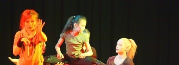 "Kulturmix der Gesamtschule Fröndenberg: Akrobatik-Show ""König der Löwen"" Foto: WR"