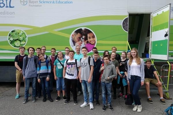 MINT Schülerinnen und Schüler des 8. Jahrgangs forschen im Humboldt Bayer Mobil