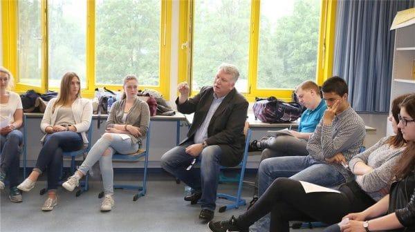 Die Zwölftklässler des Sozialwissenschaftskurses der Gesamtschule hatten viele Fragen an den SPD-Landtagsabgeordneten Hartmut Ganzke. Dabei zeigten sie sich ausgesprochen interessiert am politischen Geschehen. Foto: Drawe
