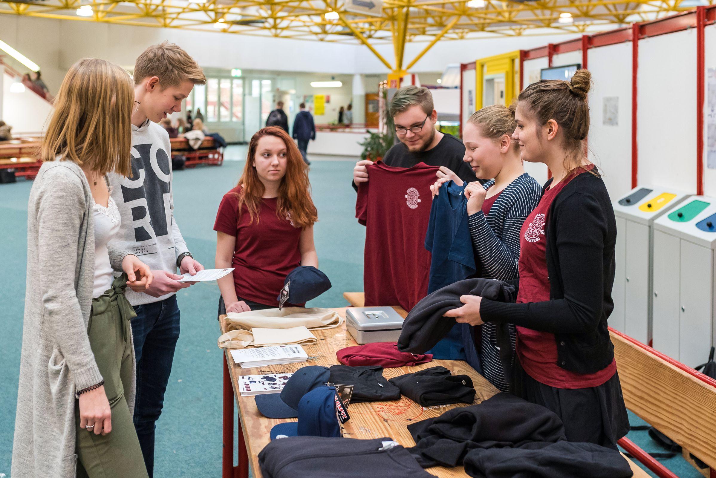 """Schülerfirma macht """"Gesamtschule"""" zu Mode-Marke"""