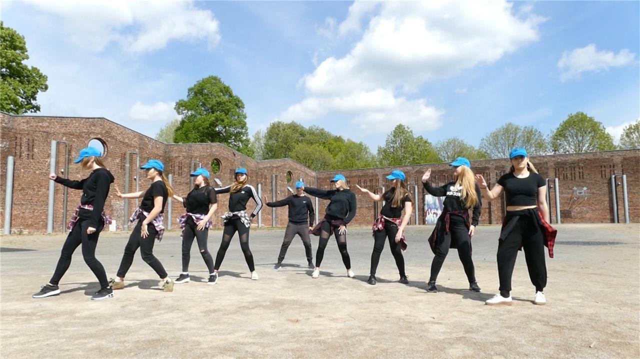 Jugendliche tanzen sich zum Sieg