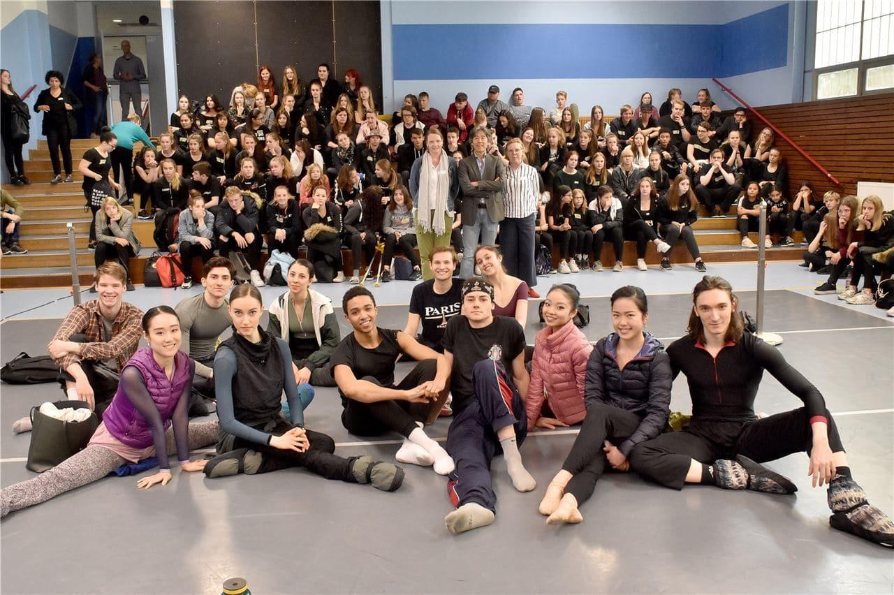 Schülerinnen und Schüler der Gesamtschule Fröndenberg treffen auf das NRW Juniorballett